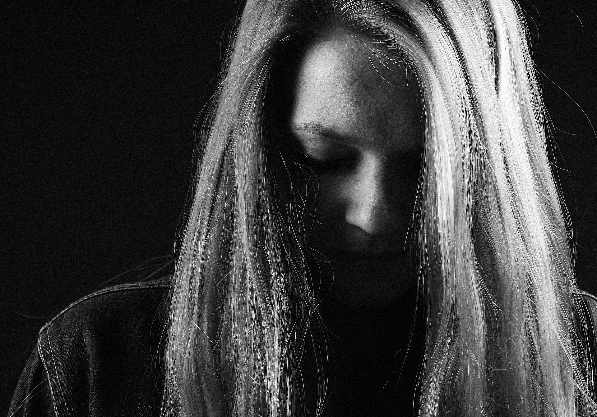 sad-girl-blonde-black-and-white