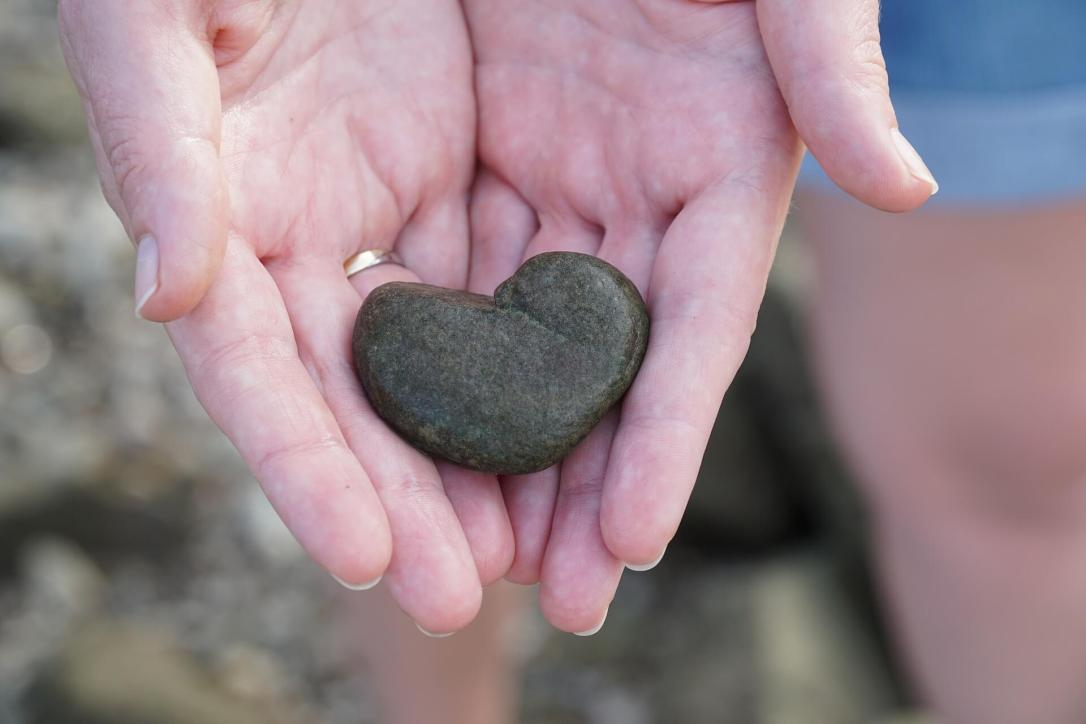 heart-rock in hands (1)