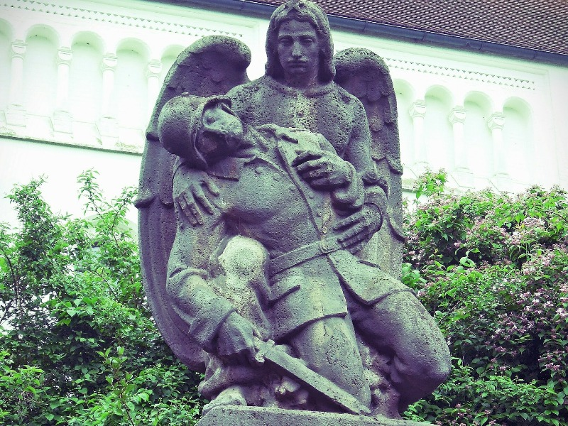 angel monument with soldier resize